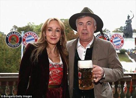 Dan sao Bayern Munich dua bo xinh, vo dep du le hoi bia Oktoberfest - Anh 3