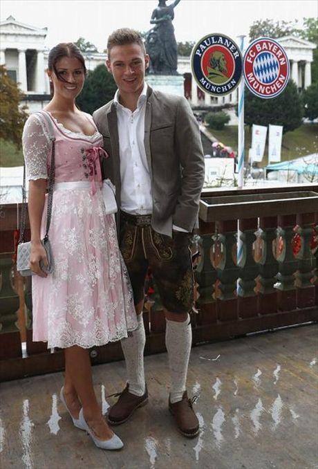 Dan sao Bayern Munich dua bo xinh, vo dep du le hoi bia Oktoberfest - Anh 5