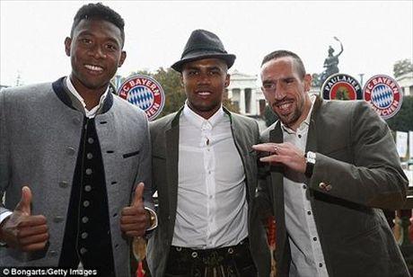 Dan sao Bayern Munich dua bo xinh, vo dep du le hoi bia Oktoberfest - Anh 9