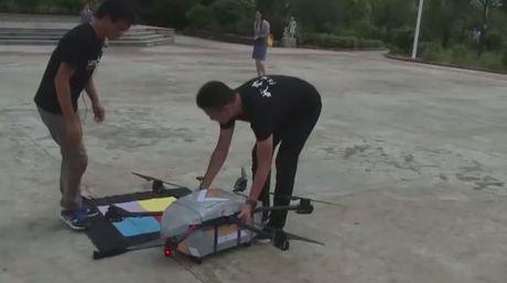 Khong chi giup kiem soat giao thong, tai Trung Quoc drone con duoc su dung de dua thu tai cac vung co duong xa hiem tro - Anh 1