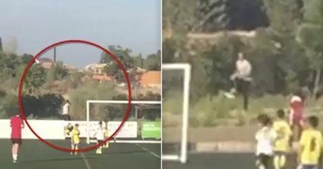 Ronaldo sam vai nguoi nhat bong trong tran dau cua con trai - Anh 1