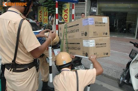 CSGT Ha Noi manh tay xu ly xe cho hang cong kenh - Anh 6