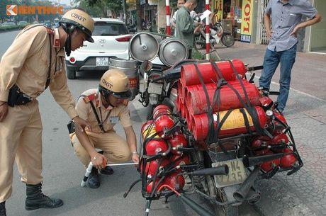 CSGT Ha Noi manh tay xu ly xe cho hang cong kenh - Anh 7