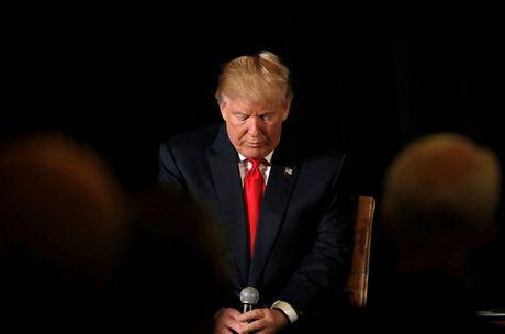 Lien tuc gap rac roi ve tai chinh, ong Trump bi ba Clinton bo xa - Anh 1
