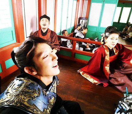 Sao Han 4/10: Bo Gum 'pha dam' Yoo Jung, Lee Jun Ki ha hoc gia vo ngu - Anh 6