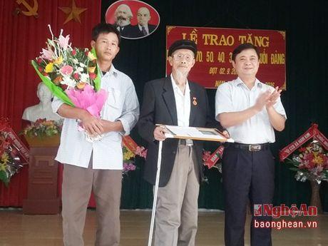 Trao tang Huy hieu Dang cho dang vien cao tuoi - Anh 1