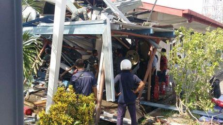 Malaysia: Truc thang roi xuong truong hoc, nhieu linh va hoc sinh bi thuong - Anh 1