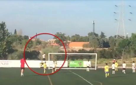 Ronaldo 'cong mong' di nhat bong trong tran dau cua con trai - Anh 1