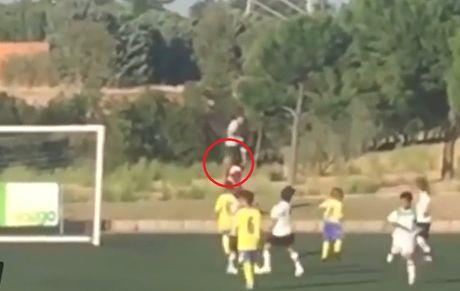 Ronaldo 'cong mong' di nhat bong trong tran dau cua con trai - Anh 2