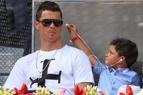 Ronaldo 'cong mong' di nhat bong trong tran dau cua con trai - Anh 5
