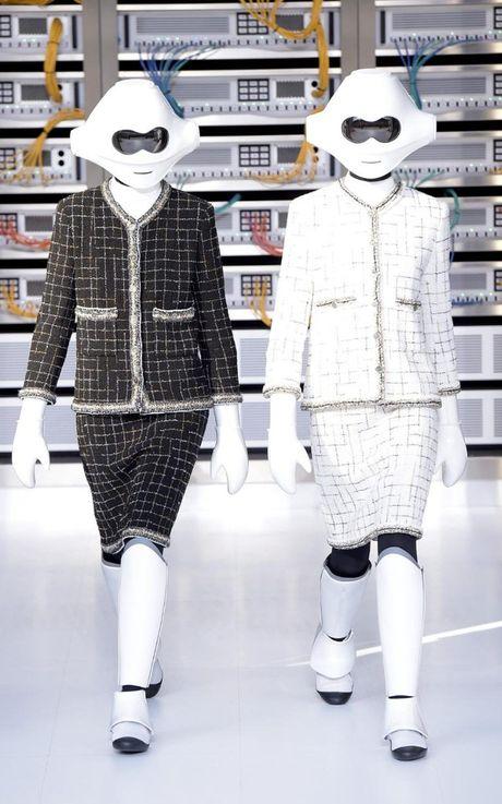 Chanel bien runway thanh trung tam luu tru du lieu voi nguoi mau robot va doi mu bong chay - Anh 3