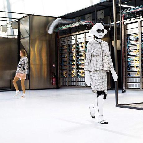 Chanel bien runway thanh trung tam luu tru du lieu voi nguoi mau robot va doi mu bong chay - Anh 4