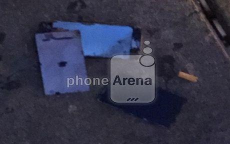 iPhone 6s bat ngo boc chay khi de trong tui quan - Anh 1