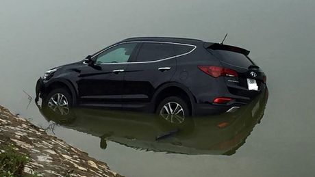 Ha Noi: Va cham voi xe may, Hyundai Santa Fe doi moi roi xuong song - Anh 1