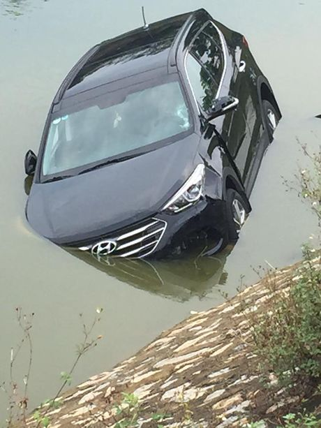 Ha Noi: Va cham voi xe may, Hyundai Santa Fe doi moi roi xuong song - Anh 4
