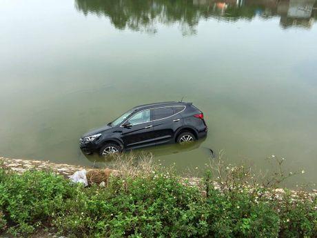 Ha Noi: Va cham voi xe may, Hyundai Santa Fe doi moi roi xuong song - Anh 6