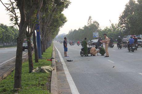 TP Ho Chi Minh: Tong vao goc cay, mot co gai tu vong - Anh 1