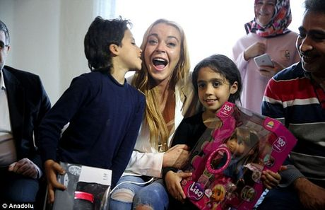 Lindsay Lohan vuot qua noi dau mat ngon tay di lam tu thien - Anh 1