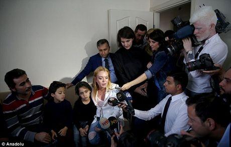 Lindsay Lohan vuot qua noi dau mat ngon tay di lam tu thien - Anh 5