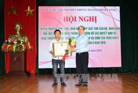 Khen thuong tap the, ca nhan cuu ho tau chim o Da Nang - Anh 1