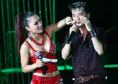 Lo dien nguoi phu nu 'dac biet' chu dong cuong hon Dam Vinh Hung - Anh 2