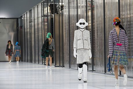 Robot mac vay! Chi co trong Chanel show Xuan 2017 - Anh 5