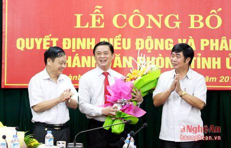 Trao quyet dinh bo nhiem Chanh Van phong Tinh uy Nghe An - Anh 4