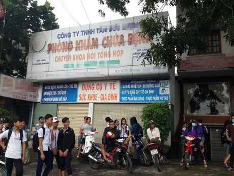Tam dong cua phong kham cua bac si 'chua noi khoa nhung di kham phu khoa' - Anh 1
