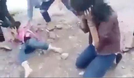 2 nu sinh bi nhom ban danh hoi dong - Anh 2