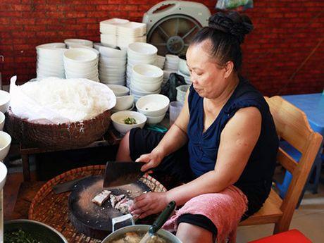 Bun chui Ha Noi: Nha bao Truong Anh Ngoc phai giai thich cho nguoi nuoc ngoai - Anh 1