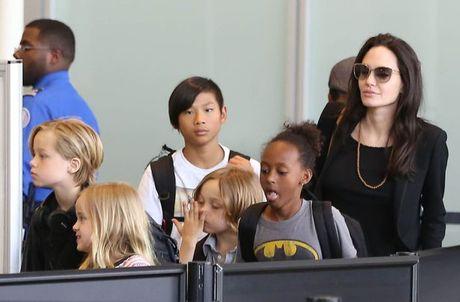Angelina Jolie tiep tuc chuyen cac con toi noi o moi tranh su soi moi - Anh 1
