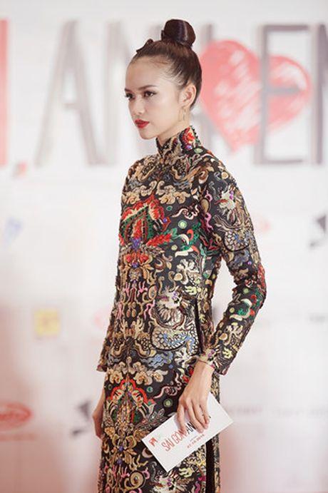 Quan quan Top Model Ngoc Chau bat ngo xuat hien giua 'bao' du luan - Anh 4