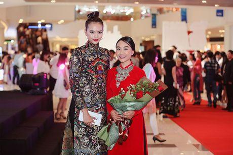 Quan quan Top Model Ngoc Chau bat ngo xuat hien giua 'bao' du luan - Anh 5