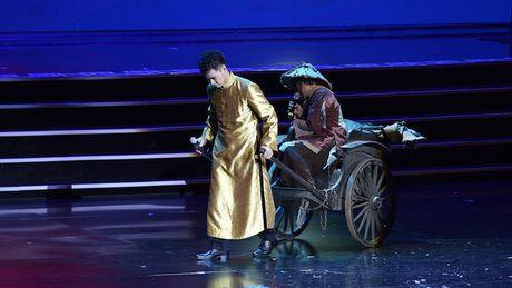Xuan Hinh mua hau dong khien khan gia choang ngop - Anh 6