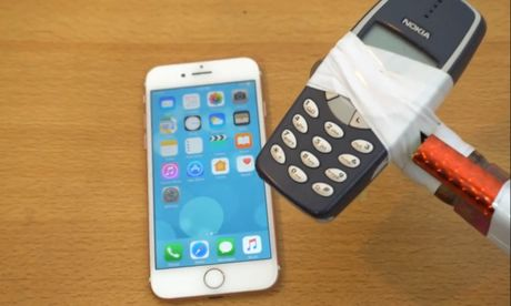 Thu do ben iPhone 7 bang 'bua' Nokia 3310 - Anh 1