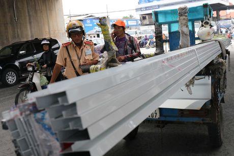 CSGT xu phat xe cho ton thep o Sai Gon: 'Trong long toi cung xot xa!' - Anh 3