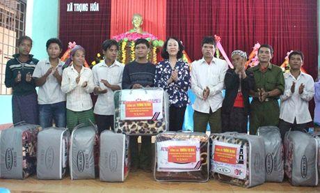 Quang Binh: Tang 100 suat qua cho dong bao dan toc o huyen Minh Hoa - Anh 1