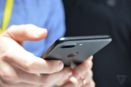 Nhieu nguoi dung than iPhone 7 va 6s bi loi khoa kich hoat - Anh 1