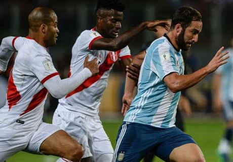 Khong Messi, Argentina bi Peru cam chan day kich tinh - Anh 1
