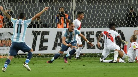 "Peru 2-2 Argentina: Lai ""ban nham vao chan""! - Anh 1"