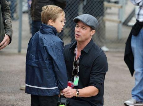 Brad Pitt khong giau noi nuoc mat khi gap lai cac con - Anh 1