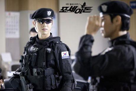 Fan tinh nguyen bi cong tay neu nhung idol nay la canh sat - Anh 7