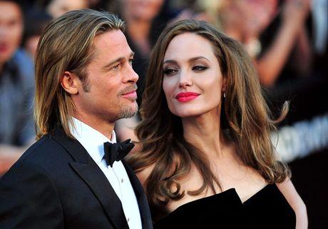 Su that la Angelina Jolie da ngoai tinh voi thuong gia giau co truoc khi ly hon Brad Pitt? - Anh 1