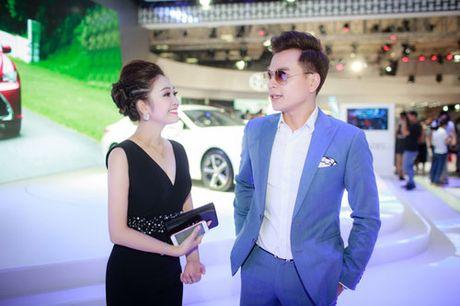 MC Thuy Linh quyen ru khoe duong cong, tinh tu ben MC Danh Tung - Anh 2