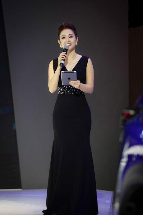 MC Thuy Linh quyen ru khoe duong cong, tinh tu ben MC Danh Tung - Anh 6