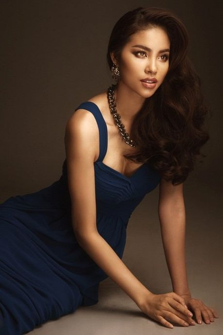 Hoa hau Pham Huong dien vay ao sexy den nghet tho ky niem 1 nam dang quang - Anh 10