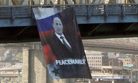 Banner ca ngoi Tong thong Putin treo giua trung tam NewYork - Anh 1