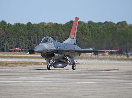 My bien F-16 thanh 'bia do dan' cho F-35 - Anh 1
