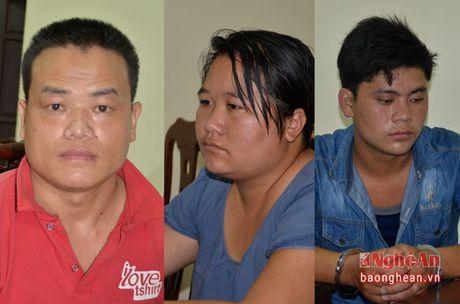 Bat giu 3 doi tuong mua ban trai phep 2 banh heroin - Anh 1