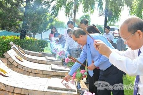 Doan Chu tich UBTU MTTQ VIet Nam dang huong tai nghia trang liet si tinh Binh Thuan - Anh 10